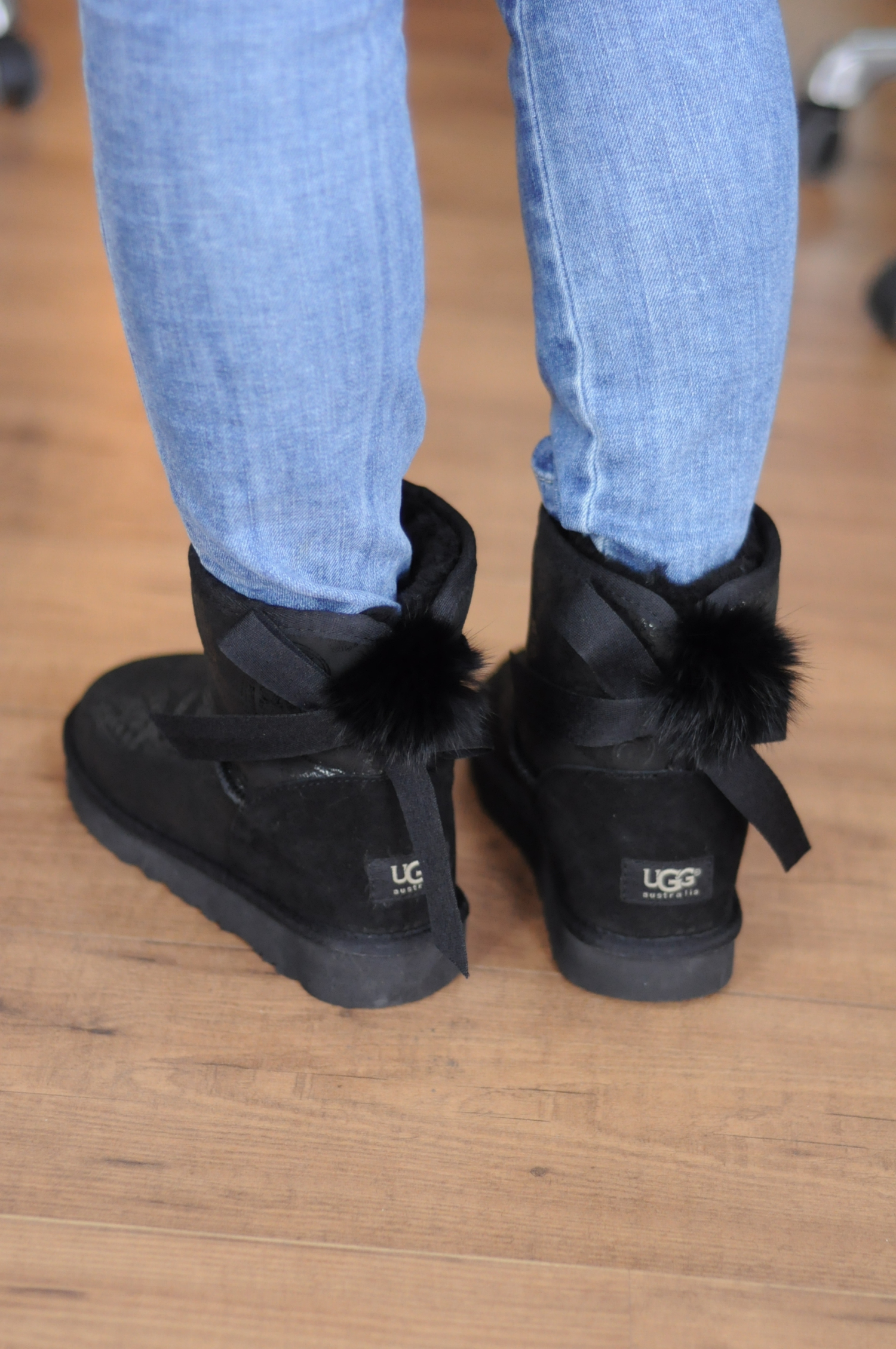 ...的是办公室里的意大利老外也很感兴趣光脚套新鞋也就算了!