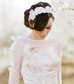 森女风的婚纱照发型,单纯天真的单马尾编发,向后完全的扎发发辫,露出
