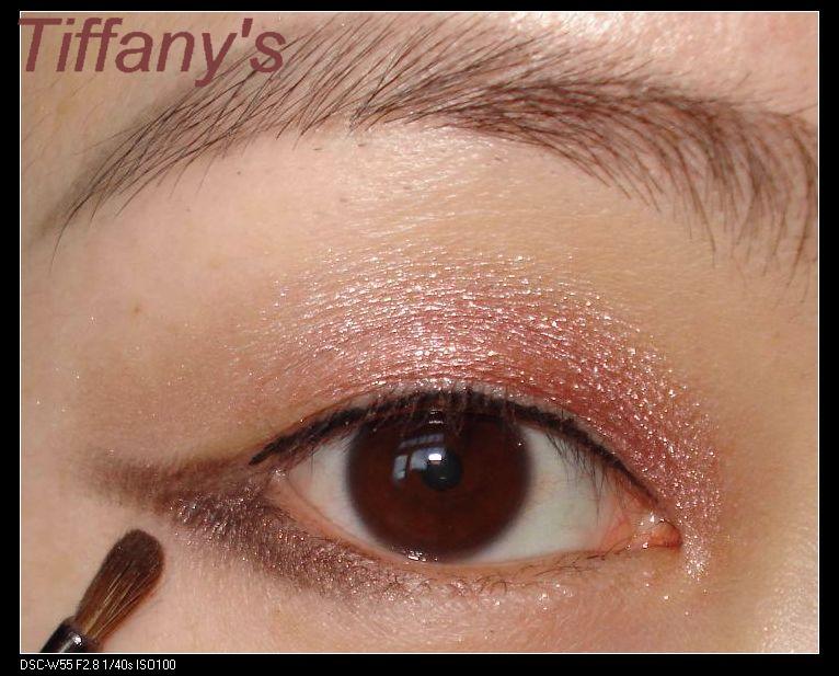 迷你小圆头刷沾取3号棕色眼影画出下眼线的后半部分.