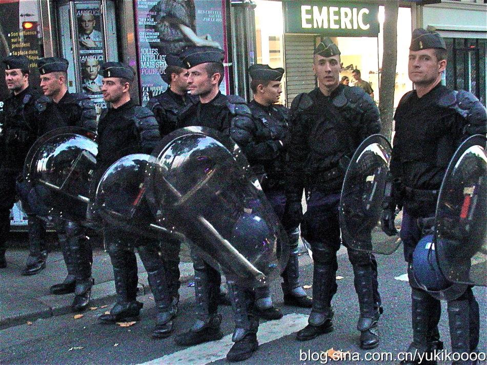果然是法国时尚中心,特警的衣服都那么好看
