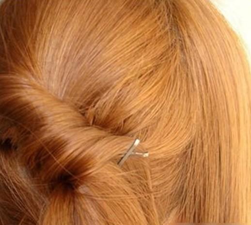 长发发型扎法步骤9:把左侧分出的头发抓
