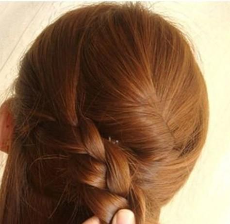 长发发型扎法步骤9:把左侧分出的头发抓起,从左至右分为三股发束编