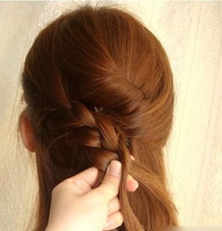长发发型扎法步骤9:把左侧分出的头发抓起