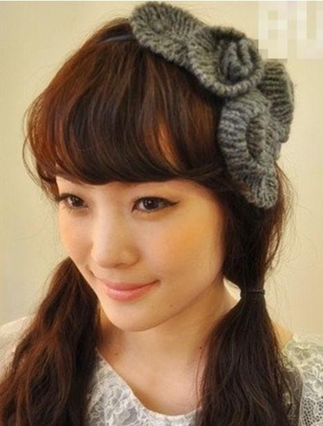 打造中分发型的简单扎发搭配上超大朵的发箍甜美度不逊于齐刘海的图片