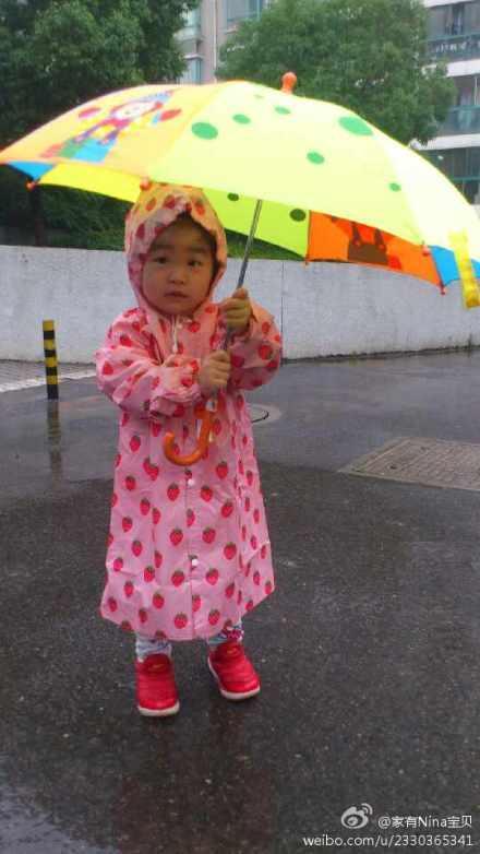 第一次穿雨衣打伞的小朋友!