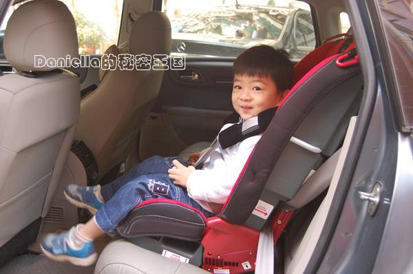 在飞机上使用的,这下年幼的宝宝也能坐在合适的座椅上舒舒服服的飞几