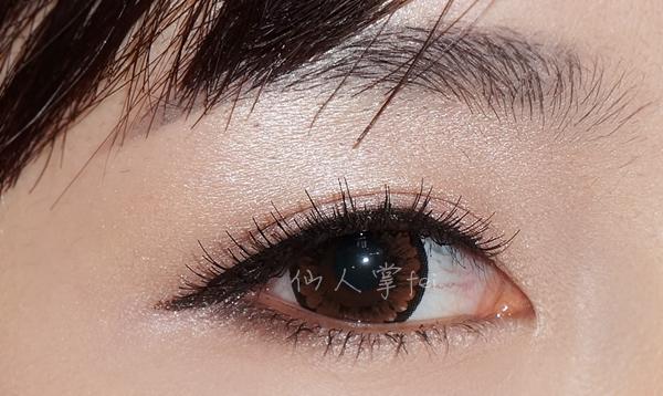 最后用棕色眼线液笔眼尾稍稍拉长,让眼睛看上去更大更长一点!