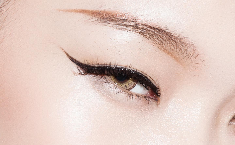 5.贴上睫毛后再用benefit的大方睛采眼线笔调整一下眼尾接合处.图片