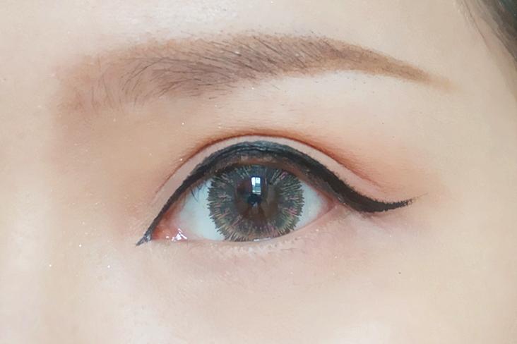 半圆弧的眼尾上翘眼线,活泼俏皮中不失小性感,有了眼线,眼睛瞬间就有