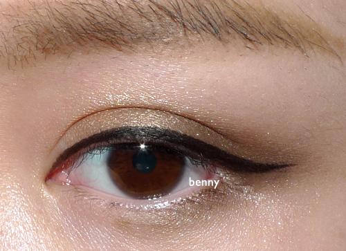 用眼线液笔画眼线