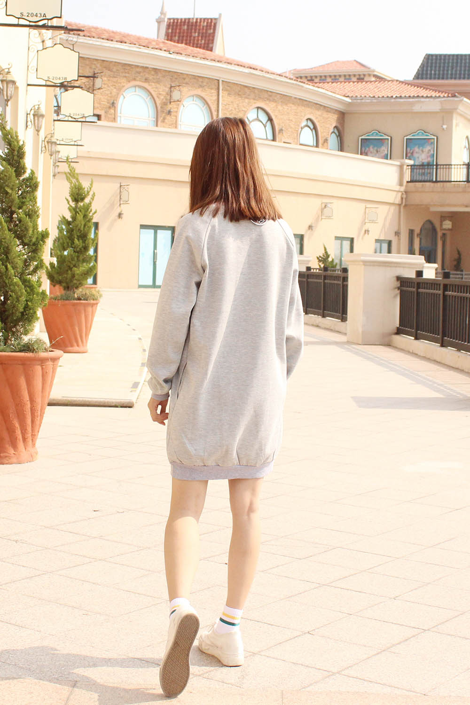 短款卫衣搭配的高腰毛线裙~~经典的斜挎包一定要有