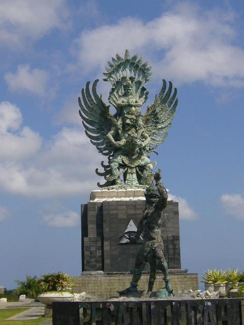 巴厘岛到处都是这样的雕像,人物的表情各式各样,都很