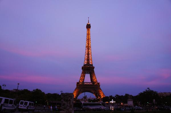 如果让你说出一个巴黎的标志物,毋庸置疑,铁塔一定是很多人的第一反映。每个观光客来到巴黎,必然要来铁塔一探究竟。   不过与观光客的热情恰恰相反的是,地道的巴黎人却并不喜爱这个看上去与巴黎整体建筑风格突兀脱离的庞然大物   无论喜爱与否,这座1889年建成高320米的铁搭都成为了这座城市的标志,而我们的游记,就从这里开始说起好了。    上次博客写过,浪漫的巴黎,从西堤岛最著名的建筑巴黎圣母院门前的zero点开始,被以顺时针方向作螺旋状分成了20个不同的区域。卢浮宫所在的1区,和靠近La Tour