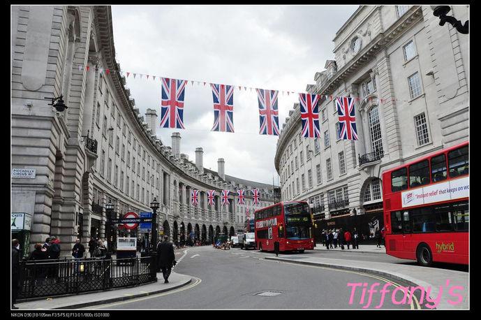 走在伦敦市内的大街上,满街都是飘扬的英国国旗,不管你是来参观旅游的